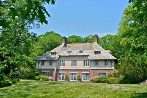 60 Oneida Drive, asking $21,900,000, now has a (pending) deal.